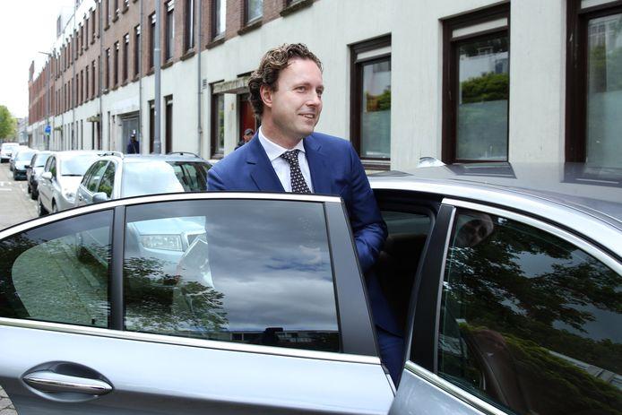 Wethouder Kurvers stapt in zijn dienstauto.