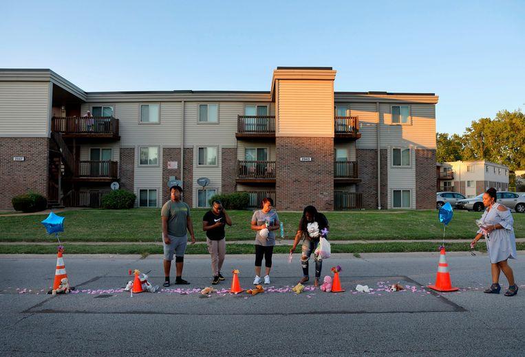 Bewoners maakten vandaag een geïmproviseerde herdenkingsplek voor Michael Brown Jr. op de plaats waar hij vijf jaar geleden stierf.