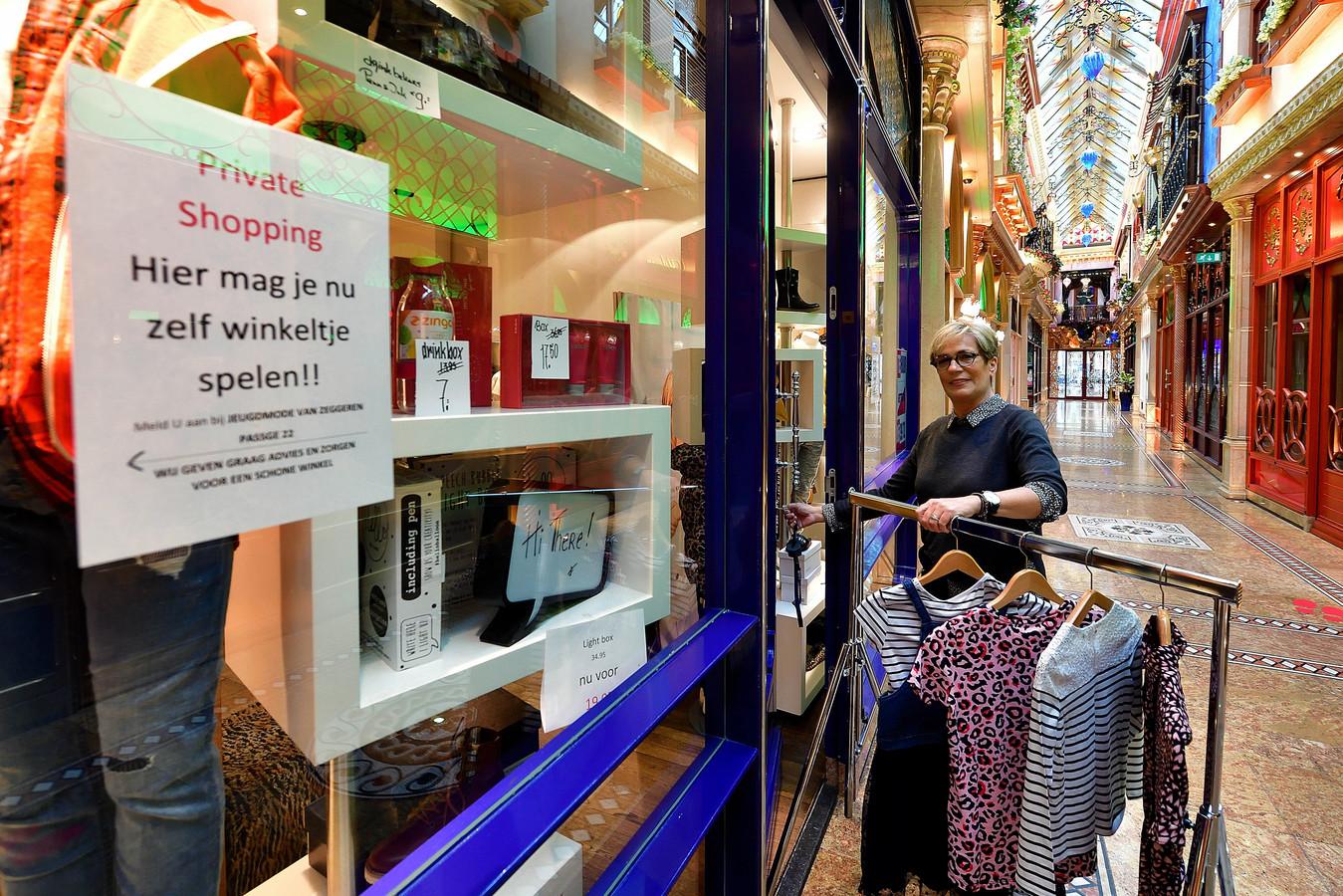 Jeugdmode Van Zeggeren in Roosendaal heeft aparte winkel voor bange klanten in de Passage. Eigenaresse Bernadette Stoop geeft aan klanten een kledingrekje mee en doet de deur van de winkel open voor klanten die private shopping willen.
