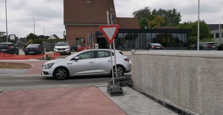 De gevaarlijke oversteekplaats aan de rotonde.