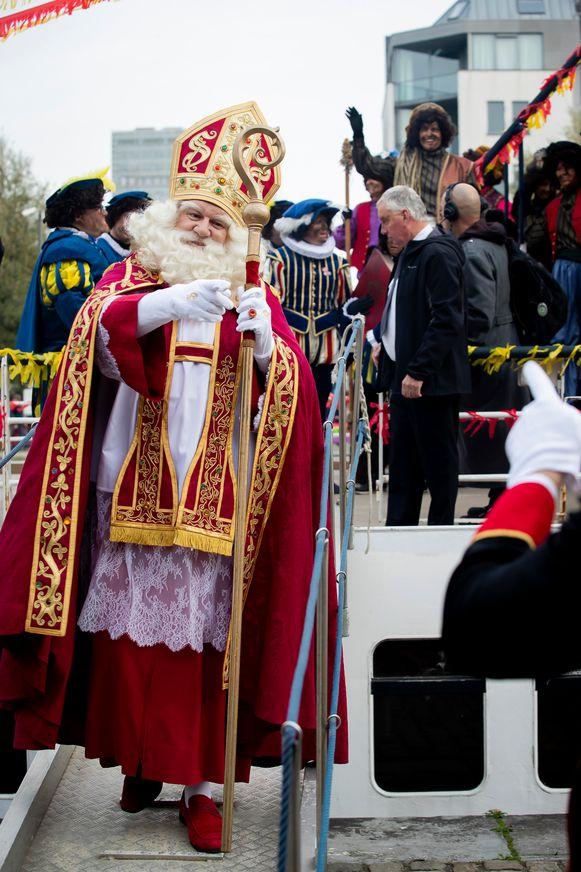 De Sint komt aan in Antwerpen.