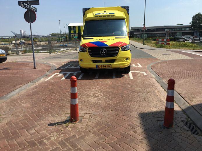 Ambulance stuit op paaltjes in de nieuwbouwwijk Stadswerven in Dordrecht.