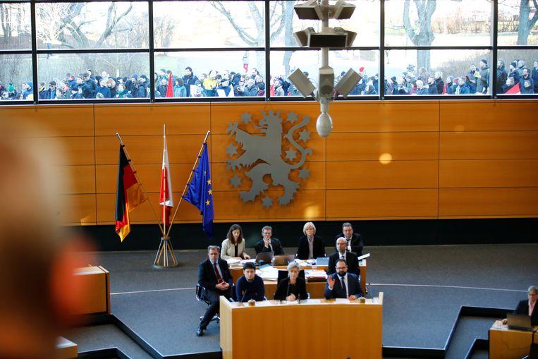 Meteen na Kemmerichs verkiezing brak er protest uit buiten aan het parlementsgebouw in Erfurt. Beeld REUTERS