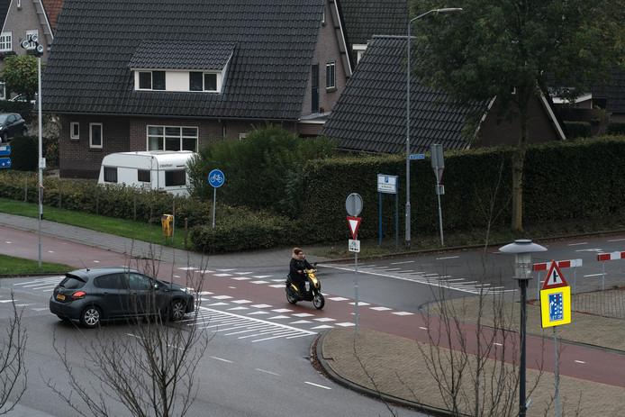 Het fietspad krijgt twee dubbele drempels zodat het langzaam verkeer moet remmen. De gemeente Westervoort dat de kruising zo veiliger wordt.