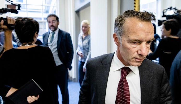 Klaas Dijkhoff (VVD) en Wybren van Haga (r) voorafgaand aan een gespannen fractieberaad. Over de nevenfuncties en inkomsten van Van Haga zou hij in 2019 de VVD-fractie verlaten.