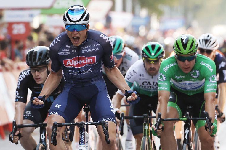 Jasper Philipsen wint de vijfde etappe va de Vuelta voor Fabio Jakobsen (in groene trui). Beeld AFP