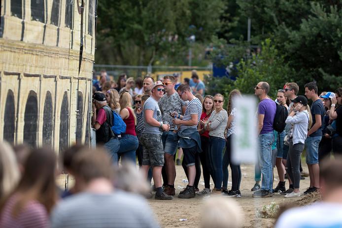 Bezoekers in de rij voor toegang tot één van de 32 podia.
