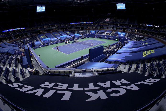 Naomi Osaka in actie tegen Misaki Doi in de eerste ronde een lege arena in new York.
