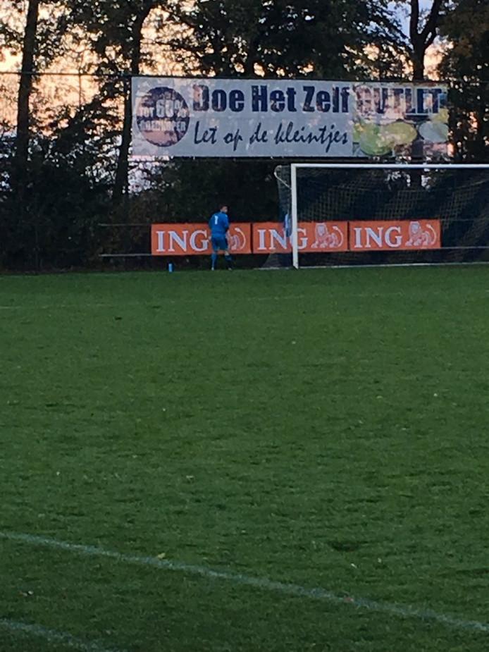Swift'64-doelman Telgen moet even plassen tijdens de wedstrijd tegen Zwolsche Boys.