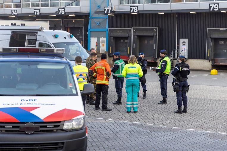 De hulpdiensten zijn zondagmiddag uitgerukt voor een incident aan de Pelikaanweg op Schiphol.    De EOD is ter plaatse om onderzoek te doen naar het pakket. Beeld Michel van Bergen
