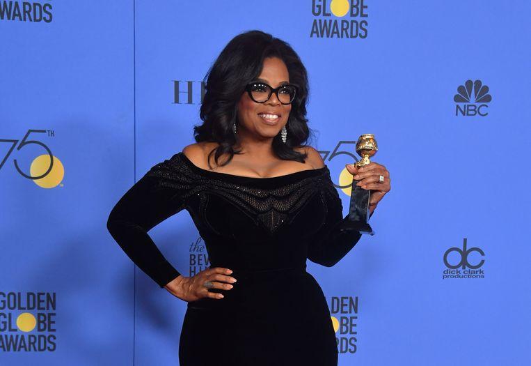 Oprah Winfrey met haar Cecil B. DeMille Award tijdens de 75ste Golden Globes  Beeld AFP