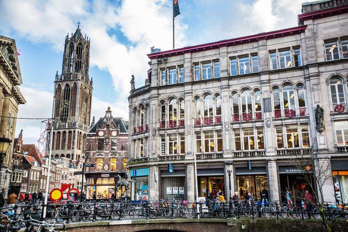 Het beeldbepalende gebouw aan de Stadhuisbrug toen boekhandel Broese er nog op de begane grond in was gevestigd.