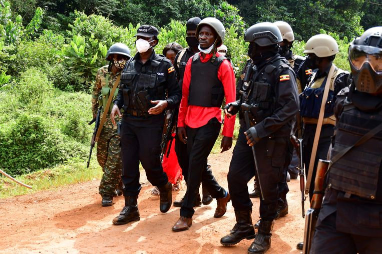 Oegandees oppositieleider Robert Kyagulanyi, beter bekend als Bobi Wine, wordt door de politie afgevoerd. Beeld REUTERS