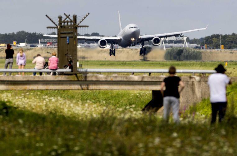Een MRTT, een tank- en transportvliegtuig van Defensie, met aan boord circa 180 mensen uit Afghanistan, tijdens de landing op de Polderbaan op luchthaven Schiphol. Beeld ANP