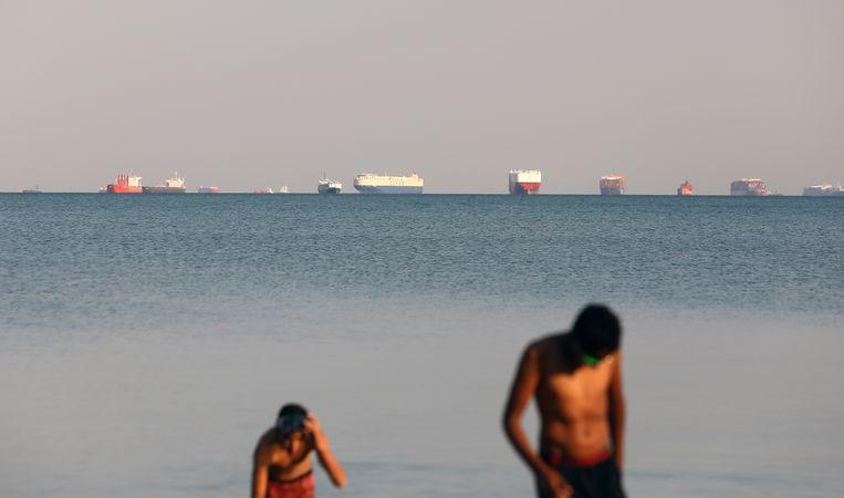 Schepen liggen voor anker buiten het Suezkanaal in Ismailia. Beeld EPA