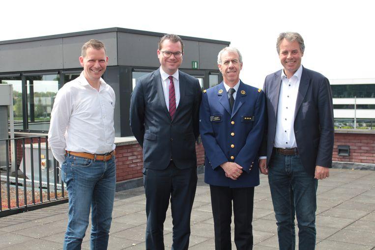 Korpschef Benny Van Wabeke met de drie burgemeesters van de politiezone.