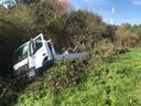 De truck belandde in een sloot langs de snelweg.