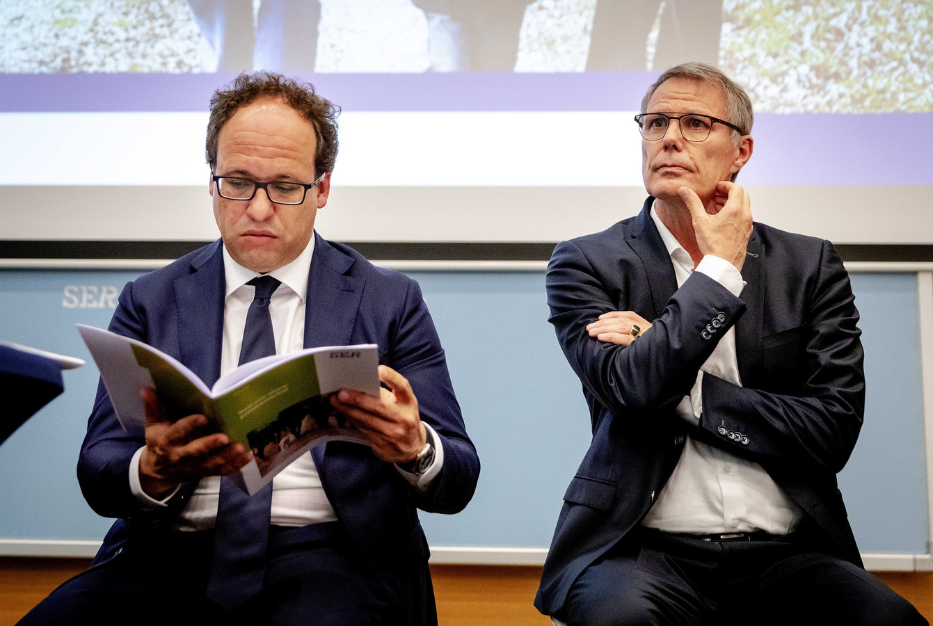 Minister Koolmees van Sociale Zaken en Werkgelegenheid en Han Busker, voorzitter van de FNV tijdens de presentatie van de vernieuwing van het pensioenstelsel.