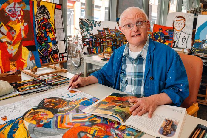 Arno Blom omringd door zijn kunstwerken.