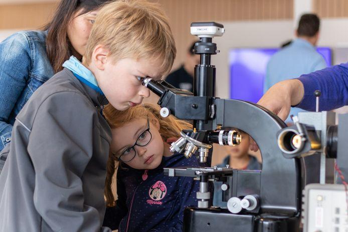 Rutger (7) kijkt door een microscoop naar een chip tijdens de Dutch Technology Week op de Novio Tech Campus.