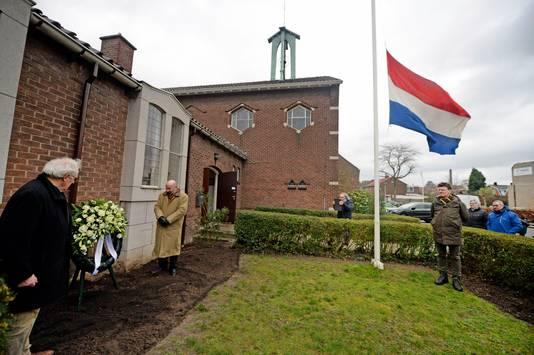 Jan Astrego en Marcel Meijer Hof leggen een krans ter herdenking van het vergeten bombardement van 22 februari 1944, zaterdag 76 jaar geleden.