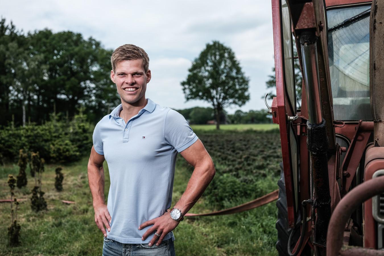 De Graafschap-doelman JordyRondeel in Zelhem, op de boerderij van de ouders van zijn vriendin. De keeper gaat op zoek naar een nieuwe club.