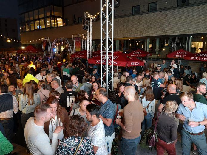 Tijdens de eerste Afterwork Lounge op het Zwembadplein zakten ongeveer tweeduizend bezoekers af naar het evenement.