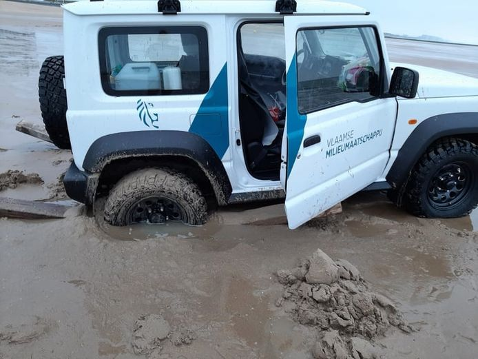 Een terreinwagen van de VMM reed zich dinsdagmorgen vast op het strand van Oostende. De strandredders schoten ten hulp.
