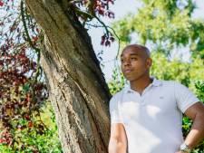 Carlos (34) leed zwaar onder zijn adoptie: 'In rap kan ik mijn gevoelens kwijt'
