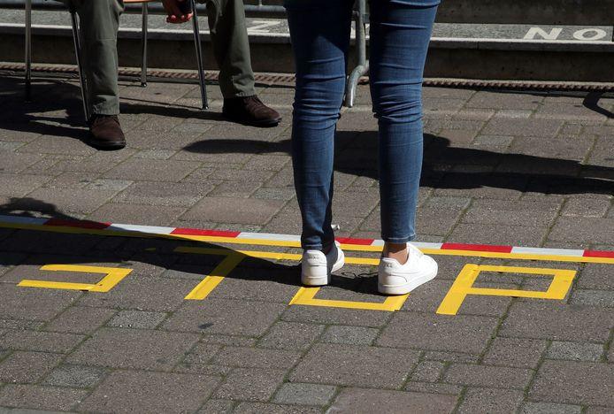 De daling in de cijfers schrijft het RIVM toe aan de kabinetsmaatregelen, zoals het houden van 1,5 meter afstand.