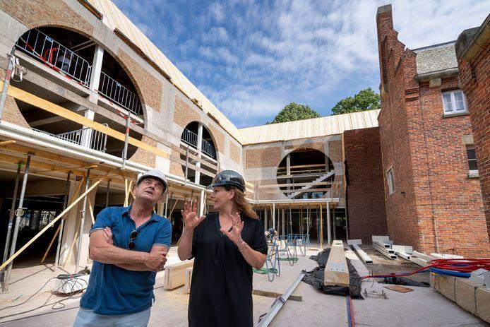 Anouk van Heesch, directeur van het schoenenmuseum in Waalwijk laat burgemeester Nol Kleijngeld de vorderingen zien. Op de plek waar voorheen de binnentuin was, komt nu een atrium.