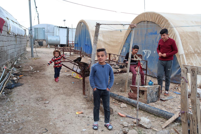Kinderen op straat in een officieus kamp voor jezidi's, in Khanke, Iraaks Koerdistan. Beeld Brenda Stoter