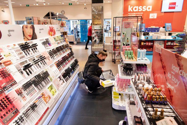 In de Hema aan de Langestraat in Alkmaar mogen telkens twee klanten een kwartier winkelen.  Beeld Olaf Kraak