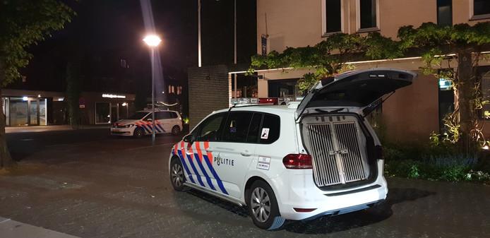 De politie rukt met politiehonden uit na de melding dat iemand rondliep met een vuurwapen.