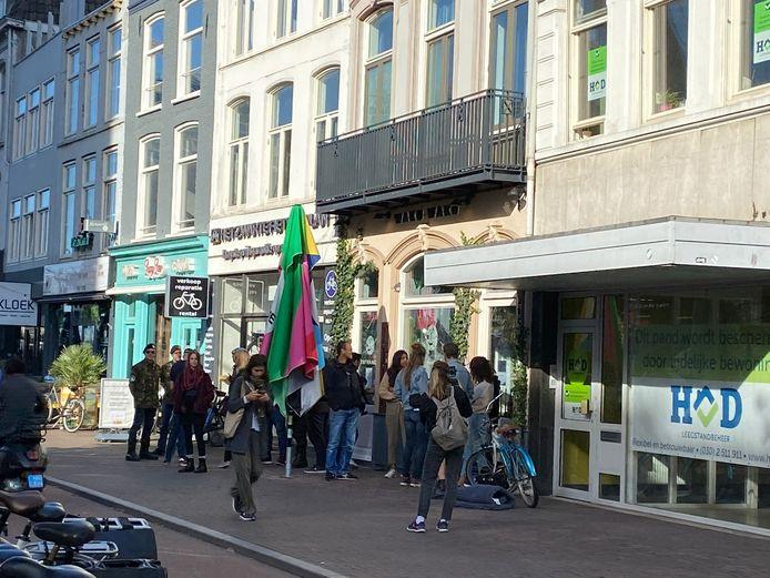 Al vroeg op de dinsdagochtend stonden er bij WAKU WAKU in Utrecht  weer demonstranten voor de deur.
