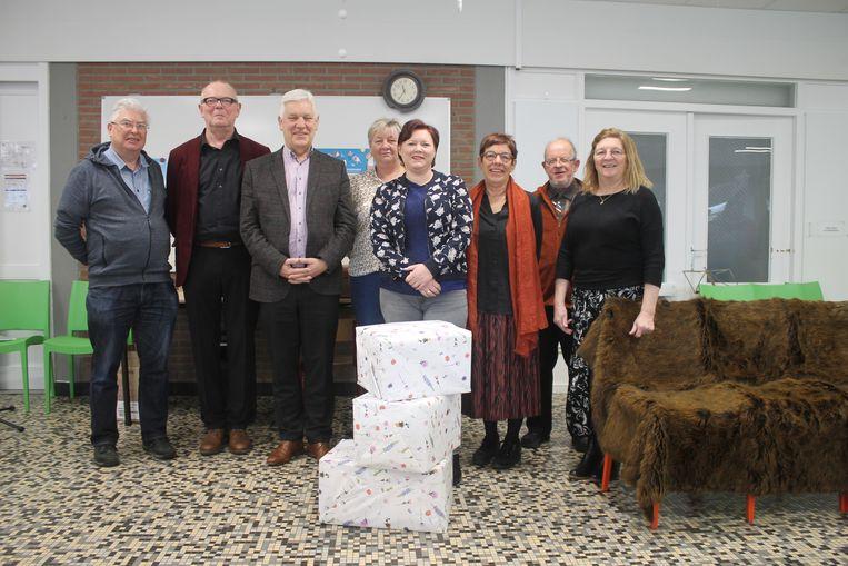 Joyce De Sager (midden vooraan) van stichting De Kleine Strijders mocht de boekenpakketten in ontvangst nemen.