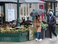 Regenweer bij heropening horeca zorgt voor kleine domper in Brugge, maar de sfeer blijft goed