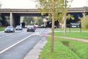 De gruwelijke moord vond plaats op dit parkeerstrookje langs de Moeskroensesteenweg in Aalbeke, vlakbij de brug onder de E403 en het bedrijf Houtimport Vandecasteele.