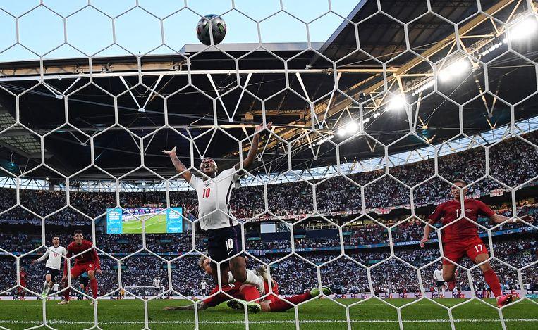 Raheem Sterling juicht al vallend na de 1-1 van Engeland in de halve finale tegen Denemarken. Beeld EPA