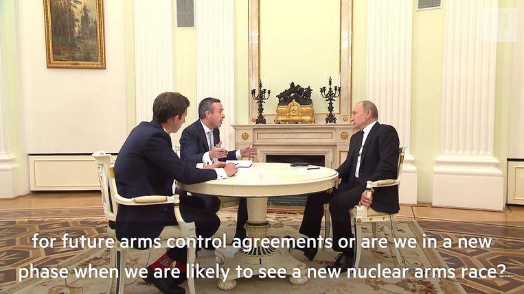 Lionel Barber (midden) en Henry Foy interviewen Vladimir Poetin in het Kremlin. Beeld YouTube