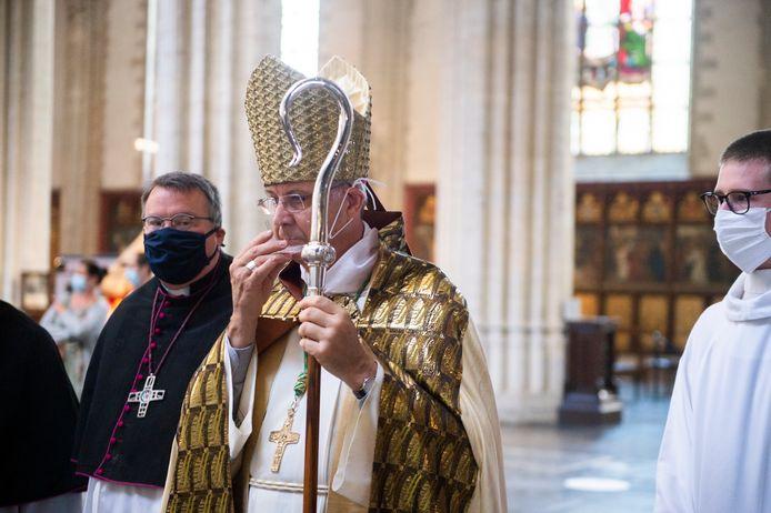 Bisschop Bonny met een niet goedgekeurd mondmasker.