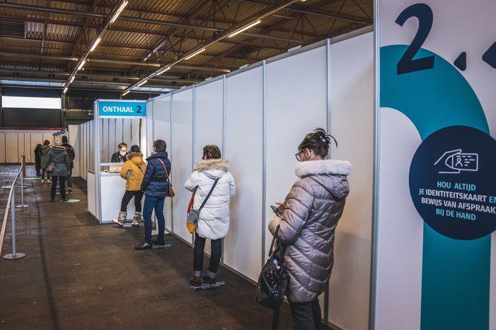 In Flanders Expo weet men exact hoeveel mensen binnen zijn, en dus hoeveel vaccins moeten klaargemaakt worden.
