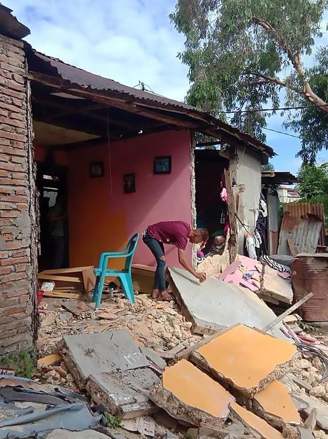 Huizen zijn beschadigd door de zware aardbeving.