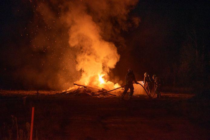 Hevige afvalbrand op de bouwwerf aan de Holeindestraat in Laarne.