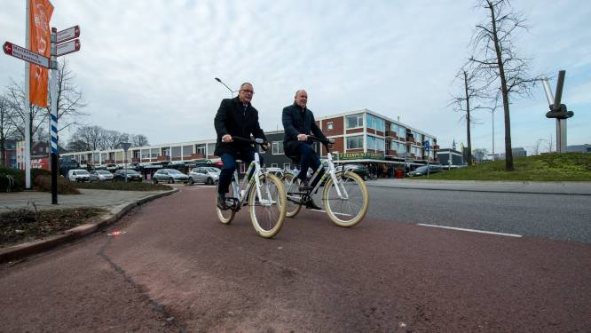 Drie camera's filmen fietsers bij slimme rotonde in Hardenberg