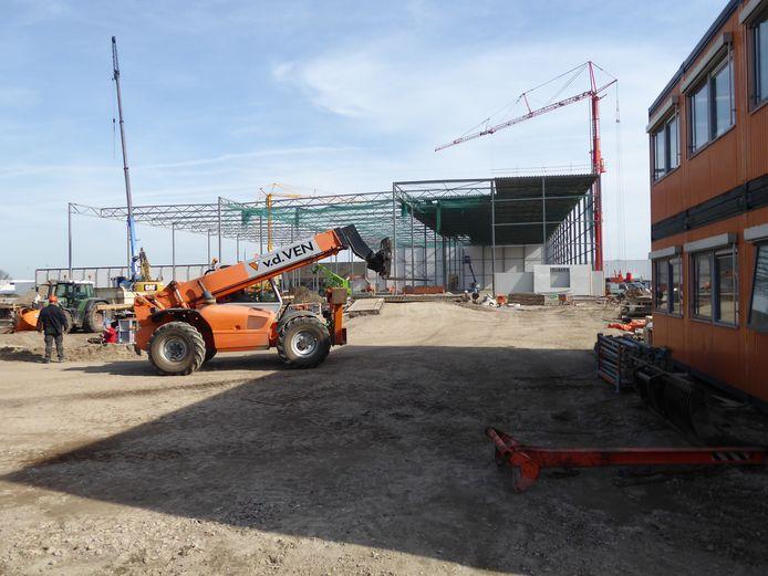 De bouw van het nieuwe distributiecentrum voor Kuehne + Nagel gaat hard aan de Marshallweg in Veghel.