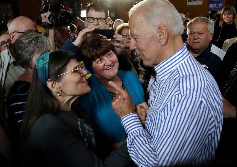 Democratisch presidentskandidaat en oud-vicepresident Joe Biden in gesprek met potentiële kiezers in Berlin, New Hampshire.  Beeld null
