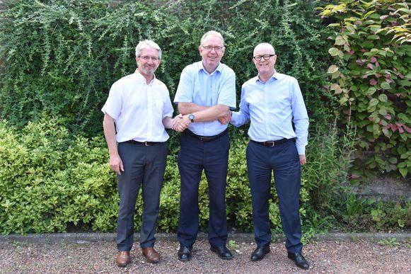 Geert Bekaert (links), de nieuwe Area Director van de Commonwealth War Graves Commission voor het gebied 'West-Europa Centraal', en zijn Deputy Director Chris Farrell (rechts) worden succes toegewenst door ontslagnemend Area Director Richard Nichol (midden).