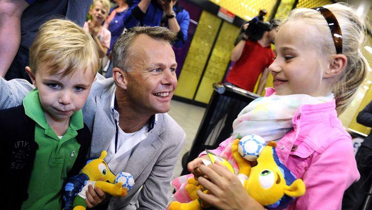 Arbiter Björn Kuipers wordt verwelkomt door zijn kinderen bij zijn aankomst op luchthaven Schiphol. Beeld ANP