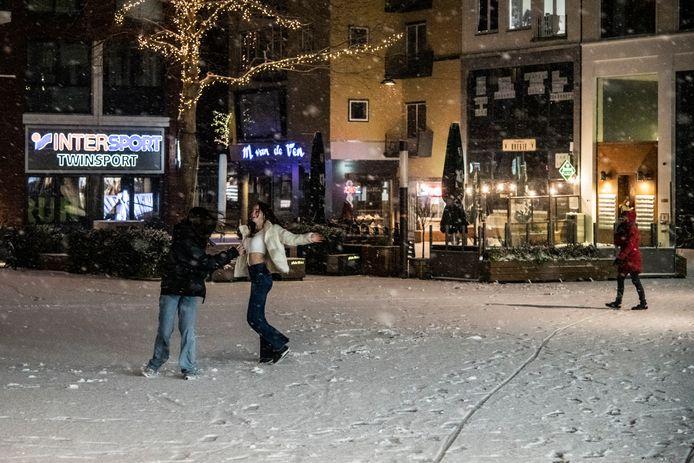 Dansen in de sneeuw op Plein 1944 in Nijmegen.